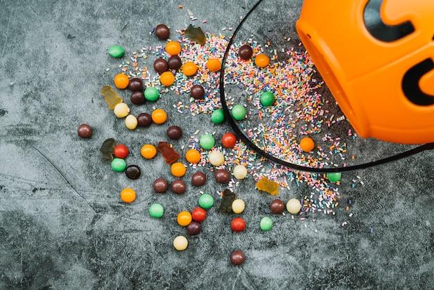Halloween-komposition mit konfetti und süßigkeiten
