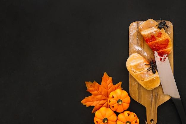 Halloween-komposition mit messer und brot