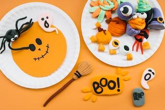 Halloween-Komposition mit Plastilinfiguren