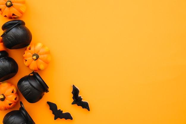 Halloween-komposition mit teetöpfen und raum