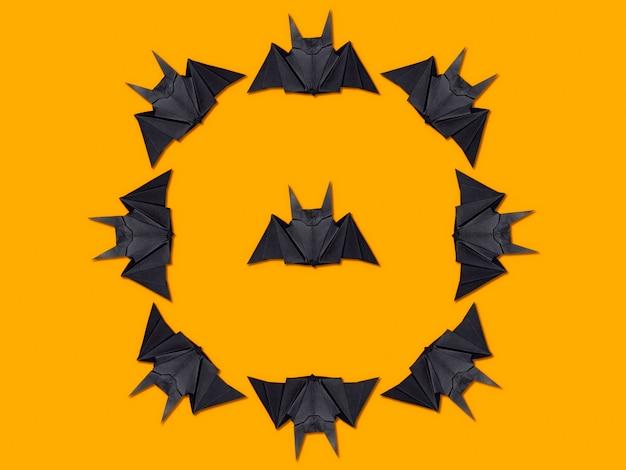 Halloween-konzept. kreis von papierfledermäusen unter verwendung der origamitechnik