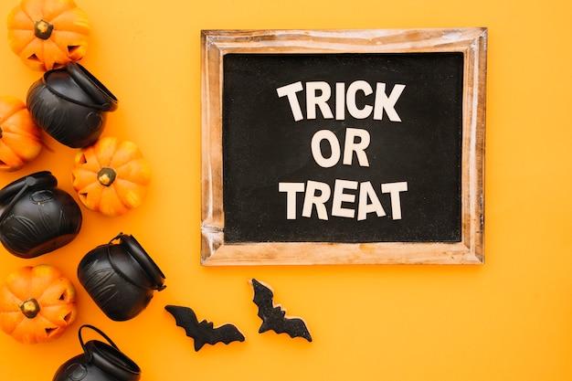 Halloween-konzept mit schiefer und teekannen