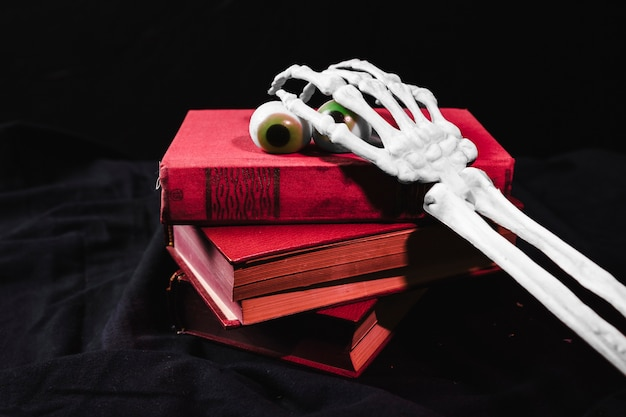Halloween-konzept mit spielzeugaugen und dem skeleton arm
