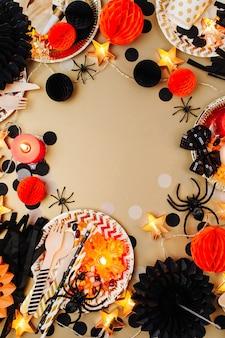 Halloween-konzept. rahmen aus schwarz-orangefarbenem partydeko. flache lage, ansicht von oben