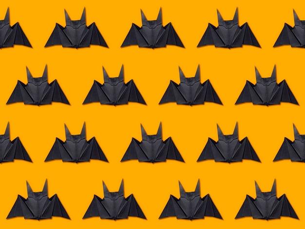 Halloween-konzept. streifen von papierfledermäusen unter verwendung der origamitechnik