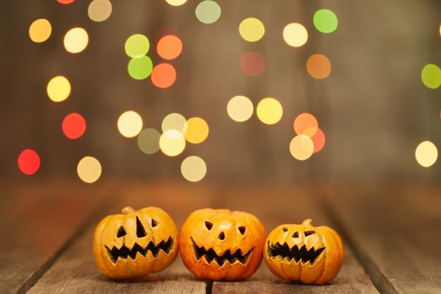Halloween-kürbis auf einem bokeh beleuchtet hintergrund