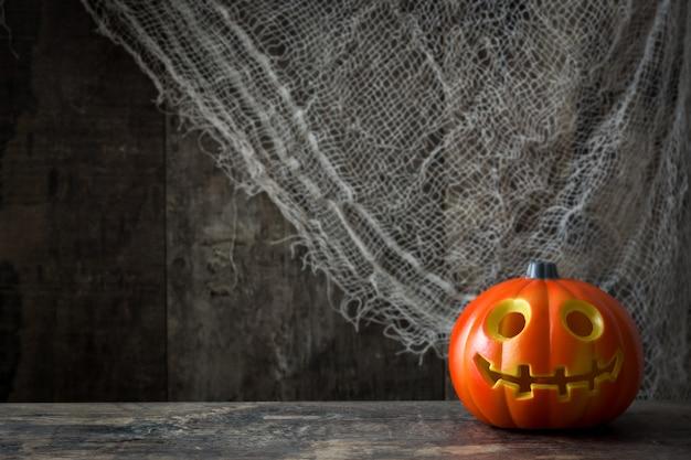 Halloween-kürbis auf hölzernem hintergrund.
