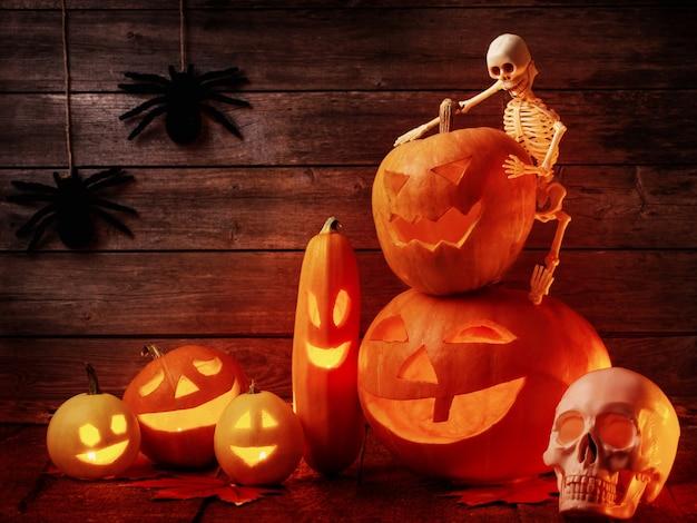 Halloween-kürbis auf hölzernem hintergrund