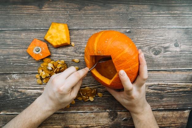 Halloween-kürbis auf tabelle schnitzen