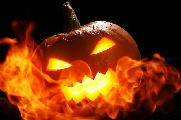 Halloween kürbis im feuer