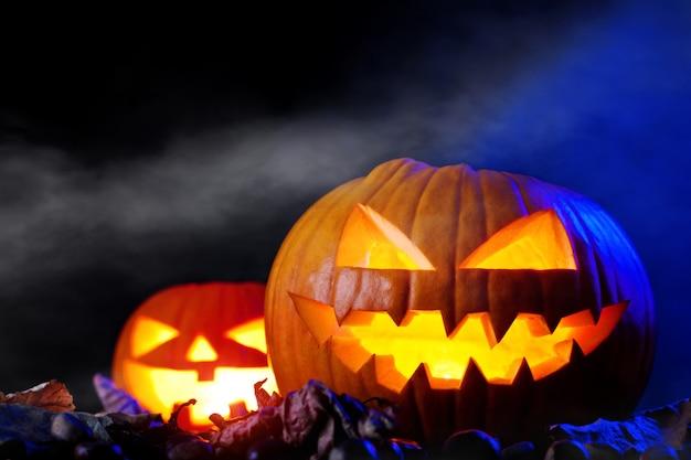 Halloween-kürbis in der dunkelheit