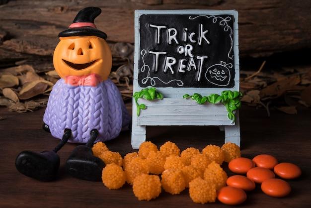 Halloween kürbis kopf jack o laterne mit süßigkeiten