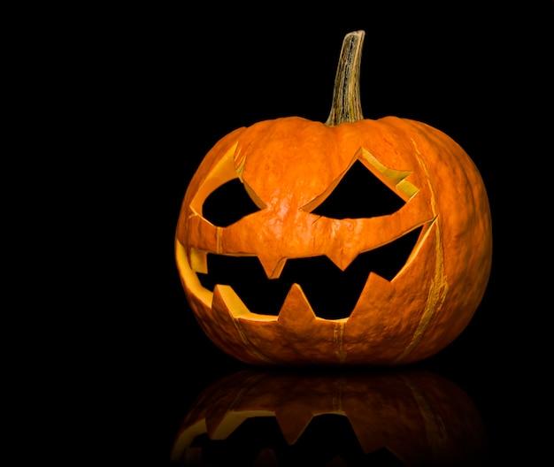 Halloween-kürbis-laterne auf schwarzem hintergrund isoliert