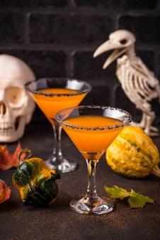Halloween kürbis martini cocktail. für party trinken