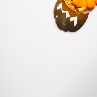 Halloween-kürbis mit brennenden augen