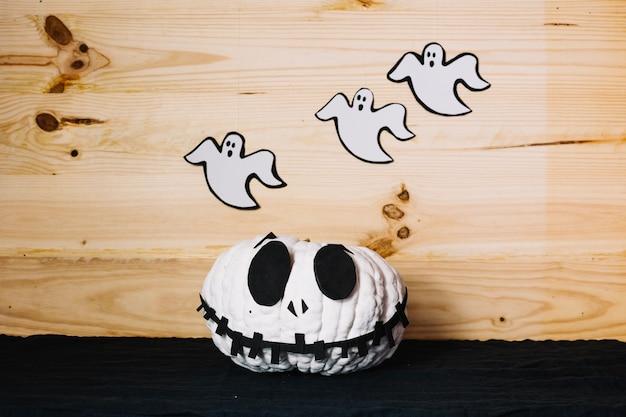 Halloween kürbis mit geisterhaften dekorationen