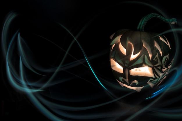 Halloween-kürbis mit kerze nach innen