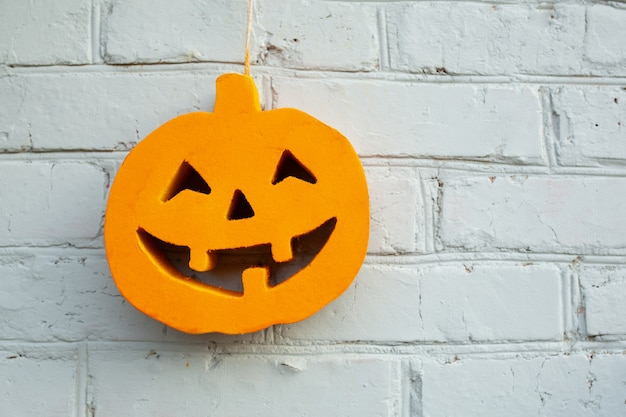Halloween-kürbis nah oben auf dem backsteinmauerhintergrund