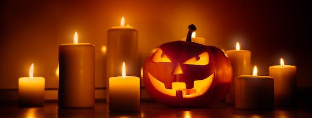 Halloween-kürbis umgeben von kerzen