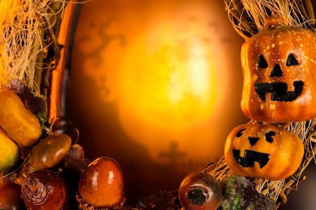 Halloween-kürbis und friedhof verschwommener hintergrund in der vollmondnacht mit kopierraum, halloween-feierkonzept
