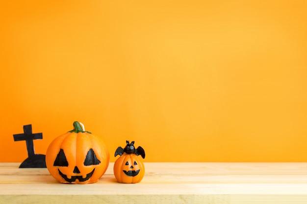 Halloween-kürbise auf holztisch