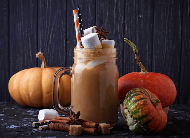 Halloween-kürbisgewürz latte. selektiver fokus