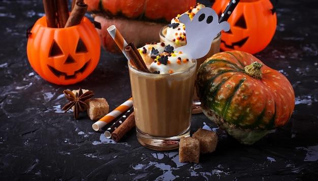 Halloween-kürbisgewürz latte