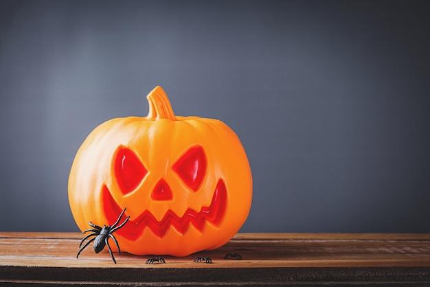 Halloween kürbiskopf jack o laterne lächeln unheimlich und spinne auf holz