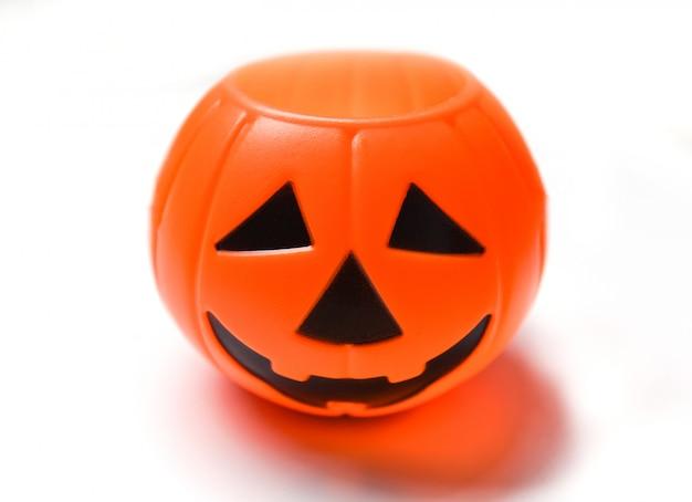 Halloween-kürbislaterne lokalisiert - schlechter lustiger gesichtsfeiertag der hauptsteckfassung o-laterne verziert