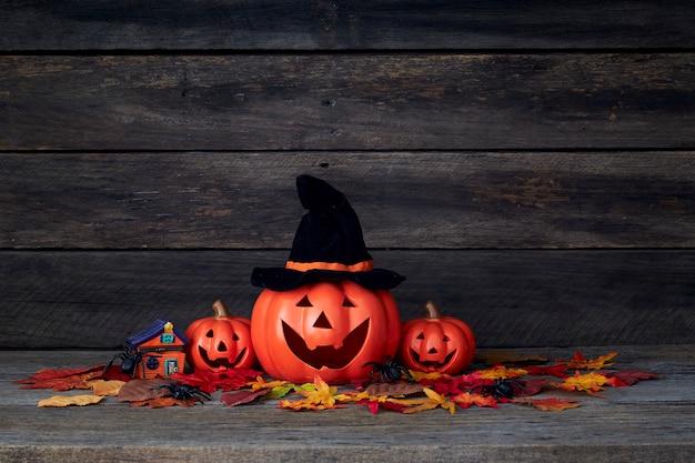 Halloween kürbislaterne. süßes oder saures auf einem holztisch