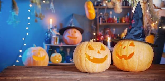 Halloween-kürbisse auf alten holztisch auf hintergrund halloween-dekorationen