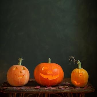 Halloween-kürbisse auf dunklem hintergrund