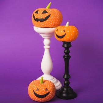 Halloween kürbisse auf gipshalterungen