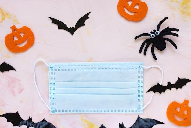 Halloween kürbisse spinne und maske covid quarantäne sichere feier bleiben zu hause konzept