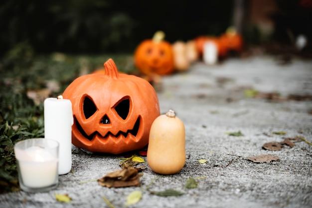 Halloween kürbisse und dekorationen außerhalb eines hauses