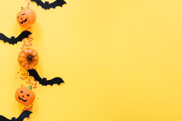 Halloween kürbisse und fledermäuse in einer linie