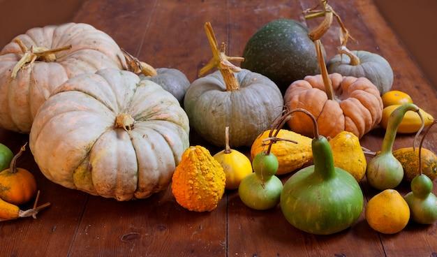 Halloween-kürbisstillleben auf hölzerner tabelle