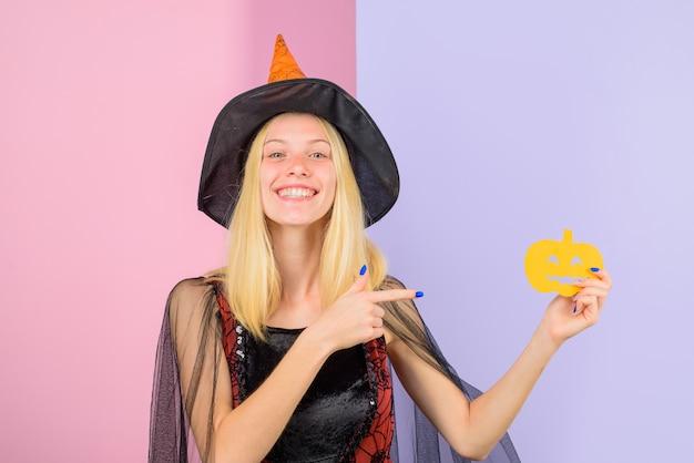 Halloween lächelnde frau mit papierkürbis süßes oder saures glückliches halloween halloween party girl