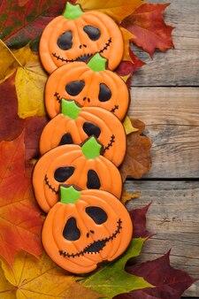 Halloween-lebkuchen am herbstlaub.
