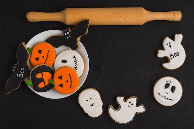 Halloween-lebkuchen auf teller und kolben
