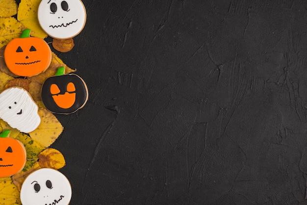 Halloween-lebkuchen und trockenes laub
