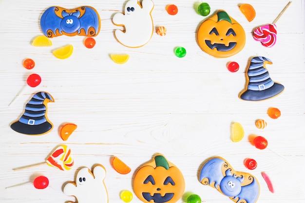 Halloween-lebkuchen zwischen herzchen