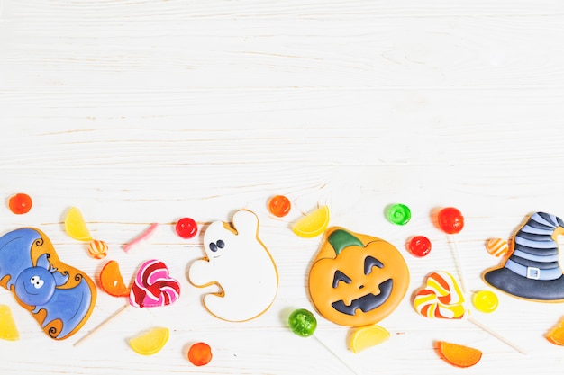 Halloween-lebkuchen zwischen lutscher und gelee