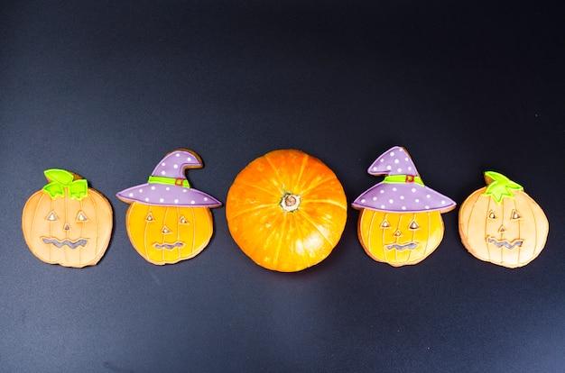 Halloween-lebkuchenplätzchen auf schwarzem hintergrund