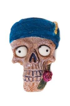 Halloween-lebkuchenplätzchen in der form eines schädels. lustiger schädel isoliert