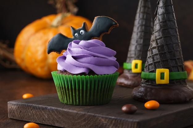 Halloween-leckereien, cupcake, keksschläger und waffelhexenhüte