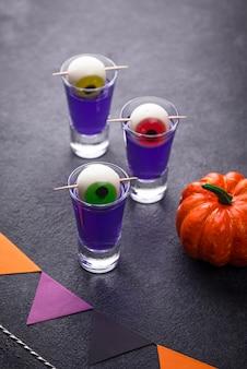 Halloween lila cocktail mit augen.