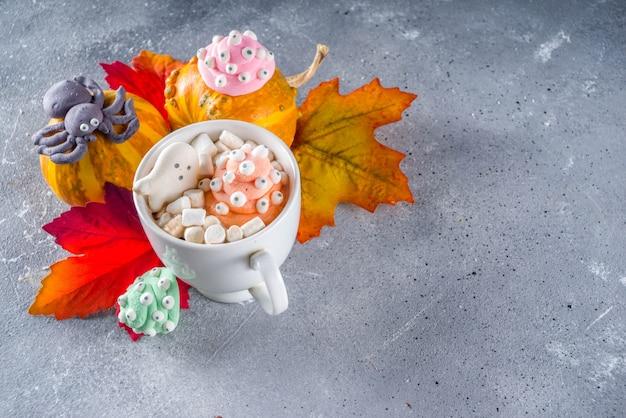 Halloween lustige heiße schokolade mit marshmallows