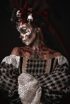 Halloween-mädchen in einem todeskostüm