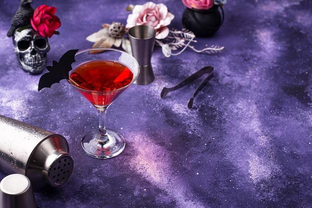Halloween martini cocktail auf lila hintergrund